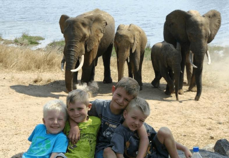 fmaily-volunteers-elephants